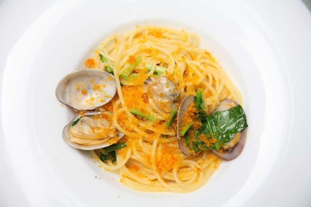Spaghetti alla chitarra con vongole, asparagi e bottarga