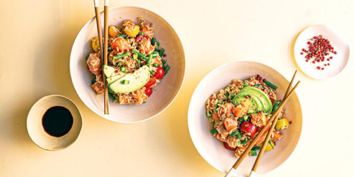 Poke bowl di riso integrale con pomodorini, fagiolini e salmone